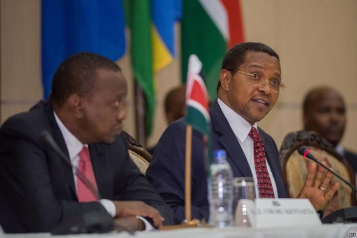 Kenyan President Uhuru Kenyatta with his Tanzanian counterpart Jakaya Kikwete during the Burundi summit