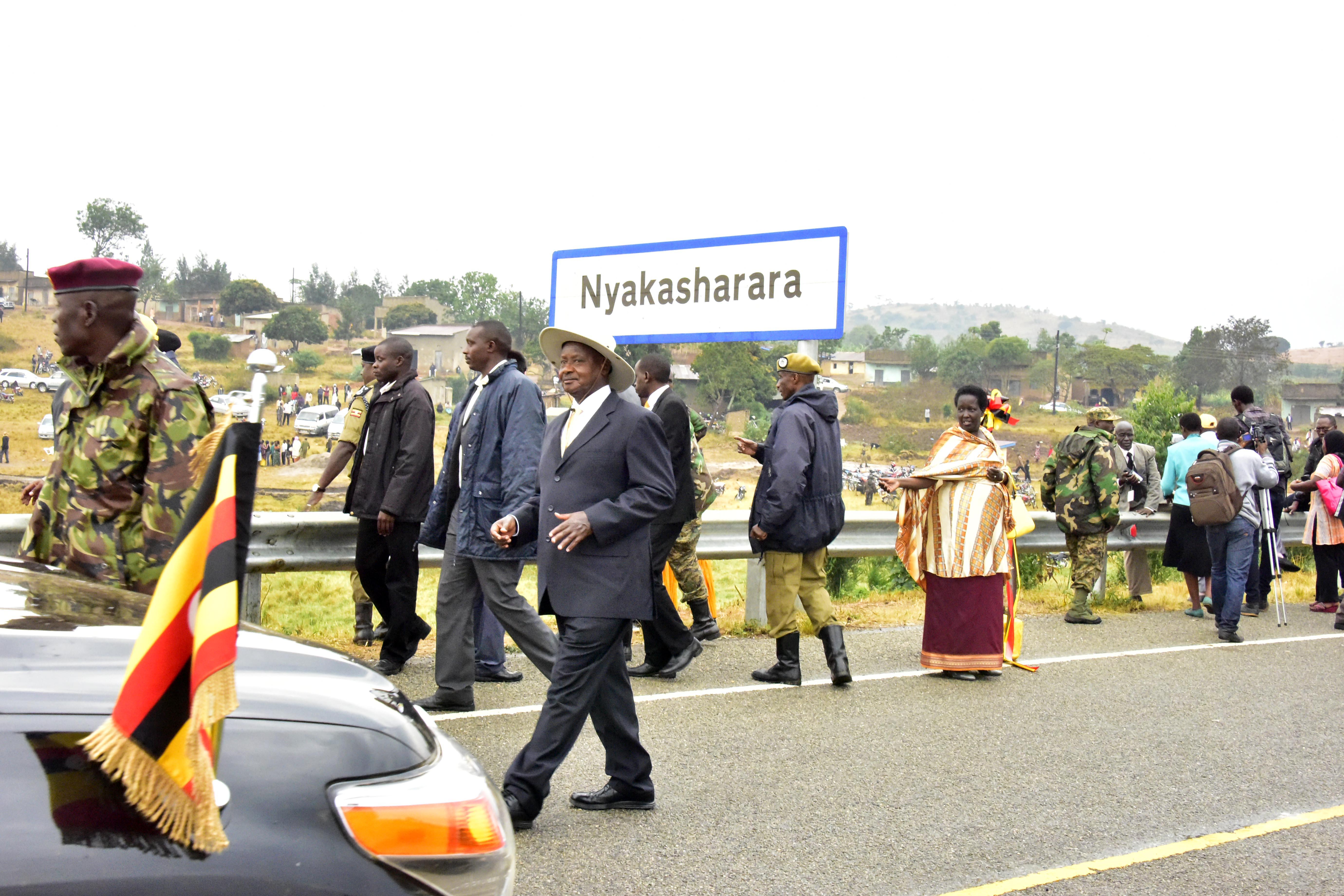 The President commissions Nyakasharara road.