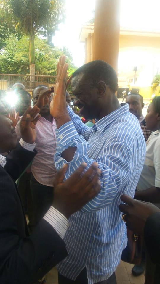 Dr Besigye trying to calm his supporters at Silver Springs hotel in Bugolobi this evening.