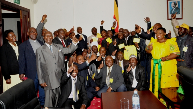 PRESIDENT M7 POSES FOR A GROUP PHOTO WITH THE DELIGATION FROM BUNDIBUGYO AT ENTEBBE STATE HOUSE